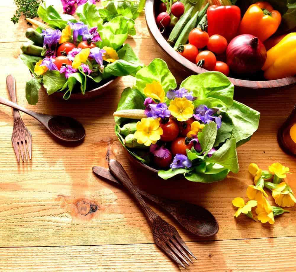 Comer flores y hojas verdes