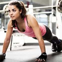 Mujer haciendo flexiones.