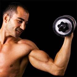Hombre levantando una pesa