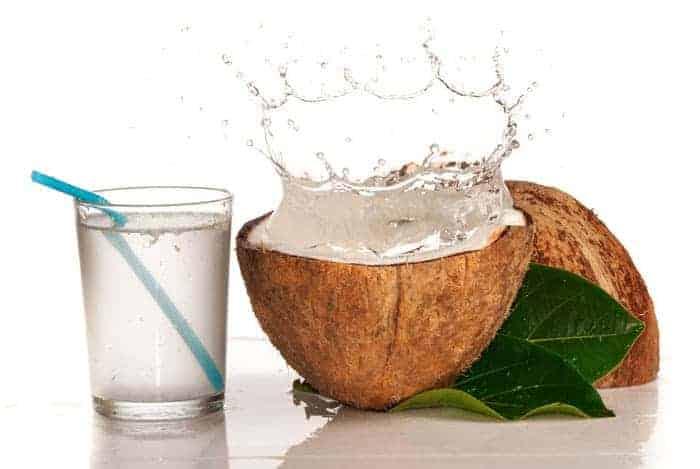 vaso de agua de coco