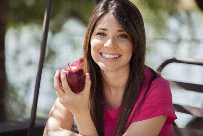 Mujer comiendo una manzana