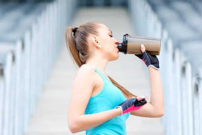 mujer tomando whey protein