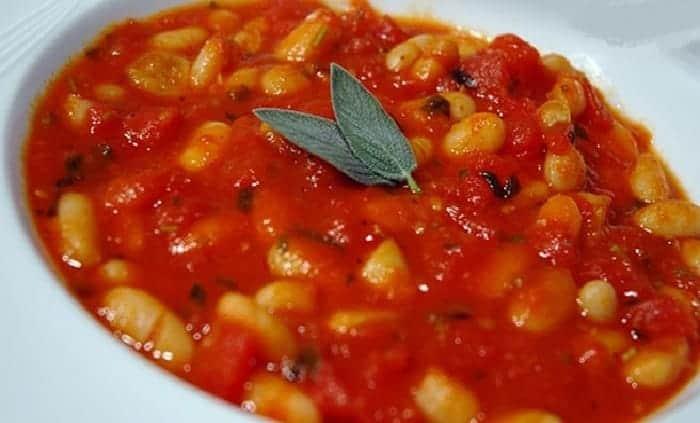 frijoles blancos tomates