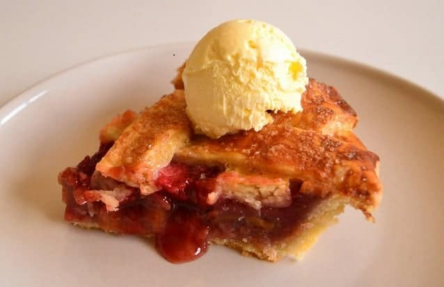 trozo tarta fresas ruibarbo