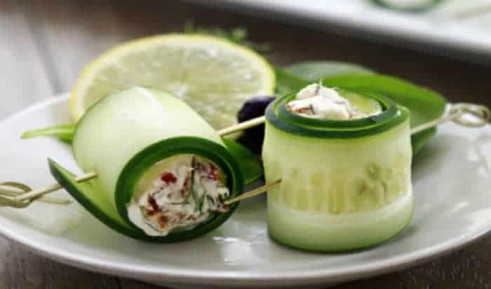 pepino con salsa de aguacate olivas y hierbas