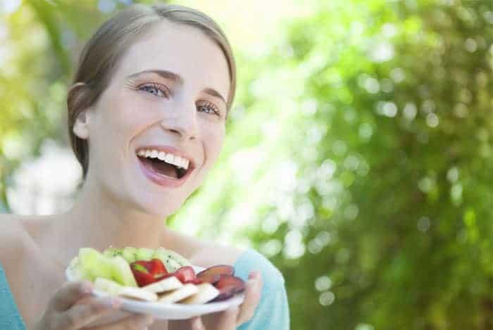 chica-comiendo-frutas