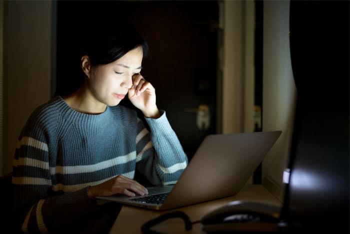 estar-en-la-computadora-hasta-altas-horas-de-la-noche