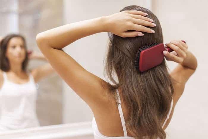 mujer-cepillandose-el-cabello