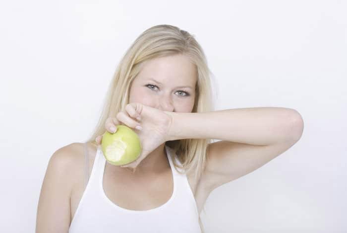 rubia-comiendo-manzana